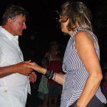 A polgármester táncra kéri feleségét