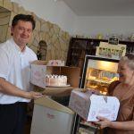 Szita László, a Muskátli Vendéglő tulajdonosa átadja az általuk felajánlott gyereknapi tortát a falu alpolgármesterének